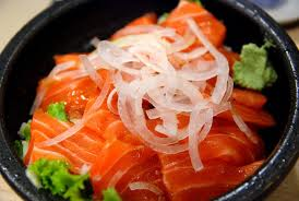 一分250元的鮭魚蓋飯鮭魚生魚片真的蓋滿整碗,算一算有十幾片,美觀園的鮭魚可是