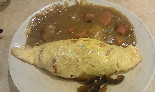 咖哩蛋包飯,一盤 140 元。咖哩口味很濃很下飯,不是一般湯湯水水的咖哩