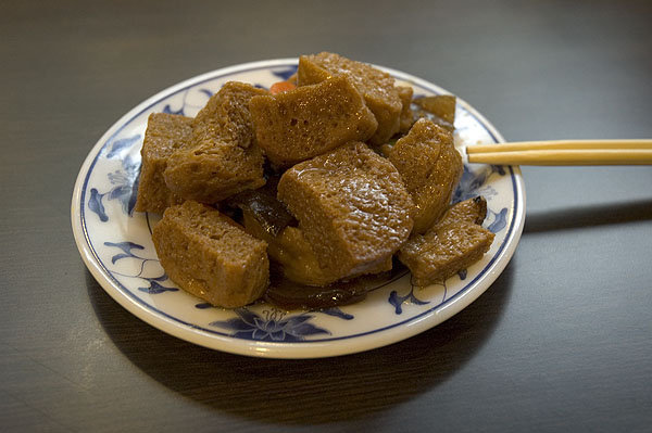 老張牛肉麵這個吸飽湯汁的麩芙,味道尚可,雖不能稱為珍饈啦,上牛肉麵之前打打牙祭的小菜