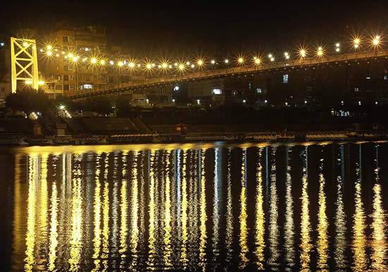夜晚駐足碧潭吊橋上,隨著吊面的晃動,清風徐來,聽著野趣,難以想像這麼輕易就能遠離塵囂,深入山野。