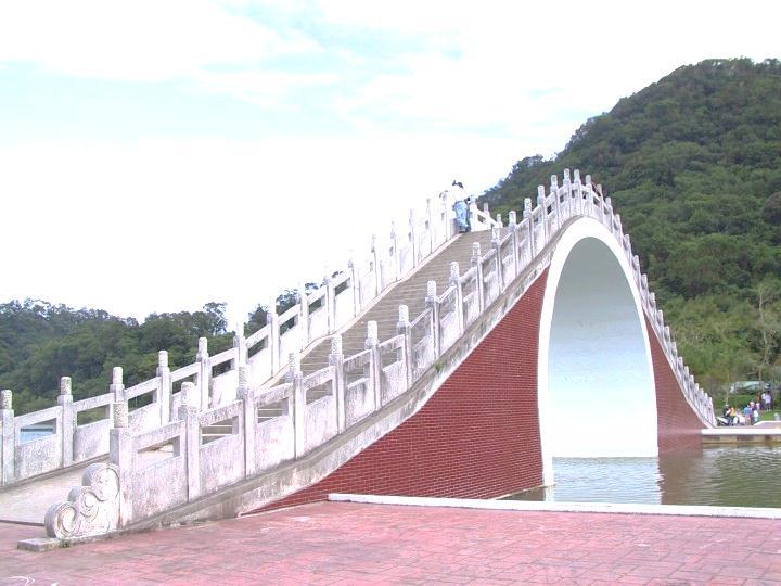 照片中這座「錦帶橋」是大湖公園內最著名的景觀!