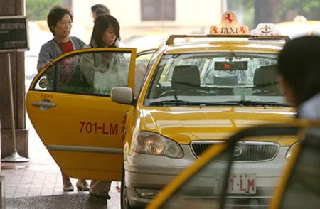 您可以到丰居旅店的櫃臺,請服務員幫忙叫TAXI喔!