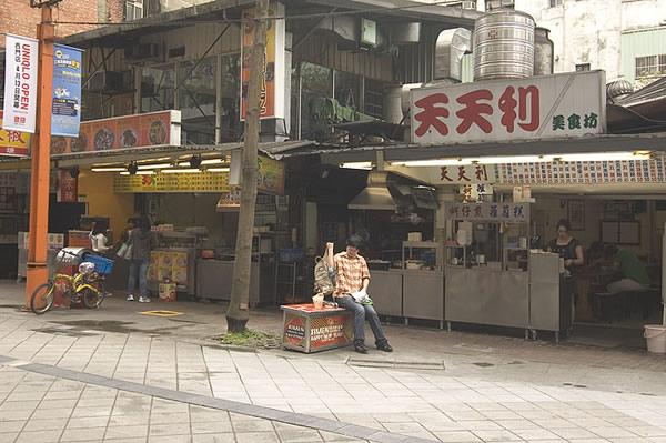 丰居旅店周圍又許多賣販售炒麵、炒米粉、蚵仔煎、肉羹、蘿蔔糕、魯肉飯、麵線等台灣傳統小吃…