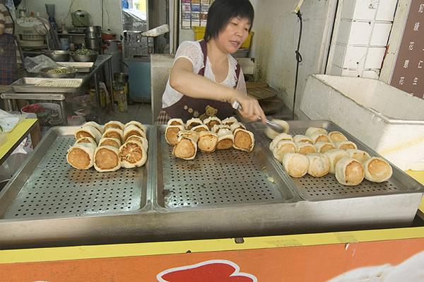 水煎包有許多種口味,價格都很便宜,CP值很高。