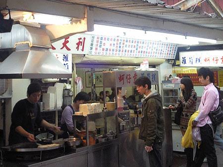 西門町丰居旅店附近的天天利美食坊就能吃到好吃蚵仔煎!
