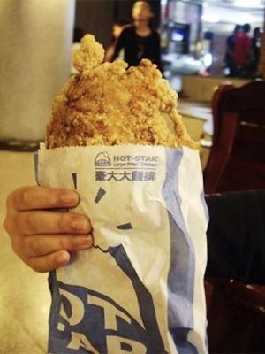 士林夜市的「豪大大雞排」是台灣小食的經濟奇「雞」!