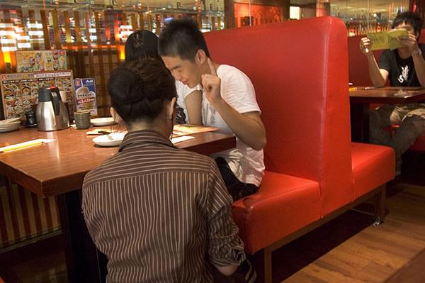 和民的服務員點餐時都會蹲在下方幫你點菜,這樣你就不必仰看服務生,頗有尊貴感!