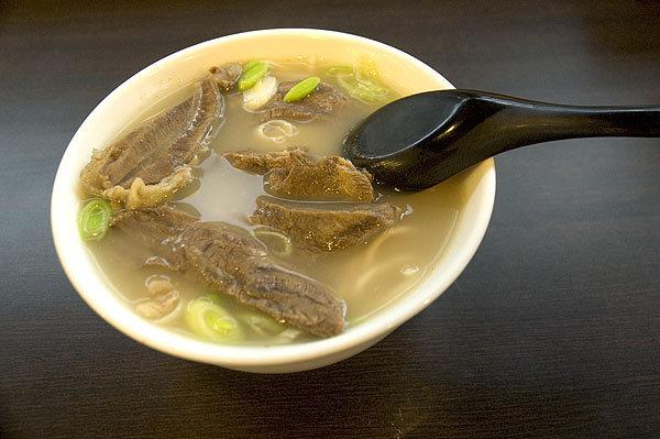 吃過這碗清燉牛肉麵,老張牛肉麵立刻被放入可食名單。牛肉燉得高明,香而不腥,軟嫩易爛!