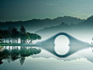 大湖公園照片以淡藍為基調,水面襲上薄薄霧靄,矇矓如幻,不禁讚嘆;「此景只應天上有啊!」